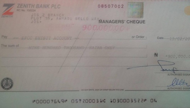 Photos: 3 Months After He Couldn't Trace The Sender, Man Returns The ₦900k He Was Wrongly Paid, To EFCC (Must See)